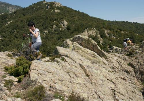en équilibre sur les rochers